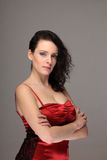 Портрет женщины в красном платье с серьезным выражением Стоковое Изображение