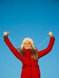 Портрет женщины в красном backgound сини пальто Стоковое Изображение