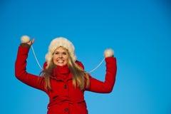 Портрет женщины в красном backgound сини пальто Стоковые Изображения