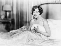 Портрет женщины в кровати (все показанные люди более длинные живущие и никакое имущество не существует Гарантии поставщика что та Стоковые Фото