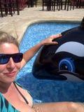 Портрет женщины в купальнике в бассейне наслаждаясь с раздувным китом Потеха и каникулы воды Солнца зрелищность стоковые фото