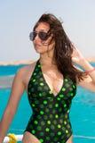 Портрет женщины в купальнике стоя на носе яхты Стоковое фото RF