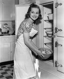 Портрет женщины в кухне (все показанные люди более длинные живущие и никакое имущество не существует Гарантии поставщика что там  Стоковое Фото