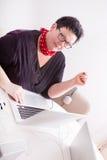 Портрет женщины в окружающей среде офиса Стоковое фото RF
