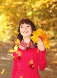 Портрет женщины в парке осени Стоковые Фото