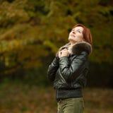 Портрет женщины в парке осени Стоковая Фотография