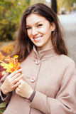 Портрет женщины в парке осени Стоковая Фотография RF