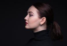 Портрет женщины в профиле стоковые изображения