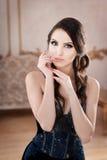 Портрет женщины в платье длинного шнурка темносинем Состав в ретро, винтажном стиле стоковые фотографии rf