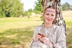 Портрет женщины в русском национальном платье. Стоковое Изображение