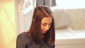 Портрет женщины в светлой комнате сток-видео