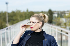 Портрет женщины в солнечных очках на середине моста a Стоковые Фото