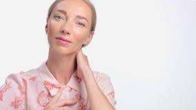 Портрет женщины в студии на белизне Здоровая сияющая кожа с первыми морщинками видеоматериал