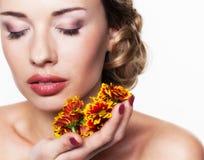 Портрет с хризантемой стоковое фото rf