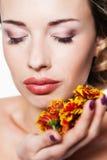 Портрет с хризантемой стоковое изображение rf
