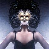 Портрет женщины в темной венецианской маске стоковые изображения rf