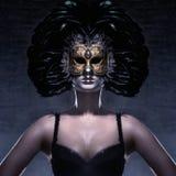 Портрет женщины в темной Venetian маске стоковое изображение rf