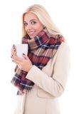 Портрет женщины в теплых одеждах с чашкой кофе или isol чая Стоковое Фото