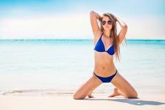 Портрет женщины в черном заплыве представляя на тропическом пляже стоковое фото rf