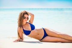 Портрет женщины в черном заплыве представляя на тропическом пляже стоковые фотографии rf