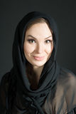 Портрет женщины в шали на черной предпосылке Улыбка Стоковая Фотография RF