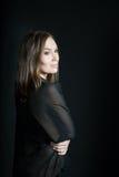 Портрет женщины в шали на черной предпосылке Улыбка Стоковые Фотографии RF