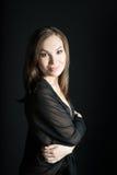 Портрет женщины в шали на черной предпосылке Улыбка Стоковое Изображение