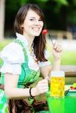 Портрет женщины в dirndl с пивом и едой Стоковая Фотография