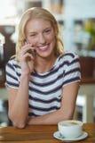 Портрет женщины говоря на мобильном телефоне Стоковое фото RF