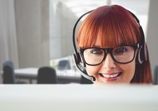 Портрет женщины говоря на шлемофоне в офисе обслуживания клиента Стоковое фото RF