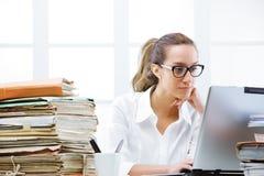 Портрет женщины дела в офисе Стоковое фото RF