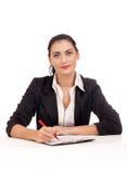 Портрет женщины дела сидя на ее столе Стоковые Фото