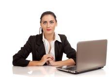 Портрет женщины дела сидя на ее столе Стоковое Изображение