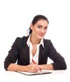 Портрет женщины дела сидя на ее столе Стоковое фото RF