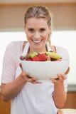 Портрет женщины держа корзину плодоовощ Стоковое Фото
