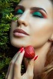 Портрет женщины держа около клубники стороны красной сладостной Стоковое Изображение RF