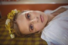 Портрет женщины лежа вниз в фургоне Стоковое Изображение RF