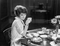 Портрет женщины есть еду на таблице (все показанные люди более длинные живущие и никакое имущество не существует Гарантии поставщ Стоковое Фото