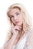 Портрет женщины детенышей довольно белокурой думая на белом backgrou стоковое изображение