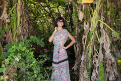 Портрет женщины детенышей довольно милой на зеленой предпосылке, природе лета Сексуальная красивая красота девушки в джунглях  Стоковая Фотография RF
