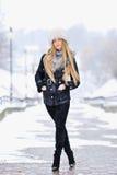 Портрет женщины зимы снежка outdoors на день зимы снежной белизны Стоковые Фотографии RF