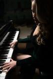 Портрет женщины играя рояль Стоковое фото RF