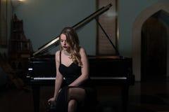 Портрет женщины играя рояль Стоковые Фотографии RF