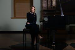 Портрет женщины играя рояль Стоковое Изображение RF