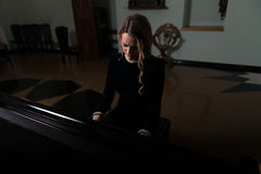 Портрет женщины играя рояль Стоковое Фото