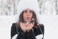 Портрет женщины играя с снегом стоковое фото rf