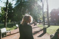 Портрет женщины идя в парк стоковое фото