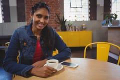 Портрет женщины имея кофе в кафе Стоковое Фото
