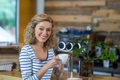 Портрет женщины имея кофе в café Стоковое фото RF