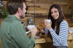 Портрет женщины имея кофе на счетчике Стоковое Фото